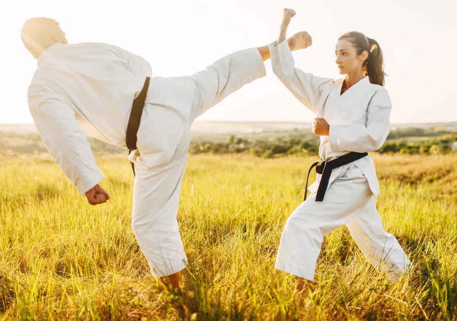 Boqueando una patada de gancho en Karate