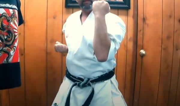 Codazo Descendente en Karate