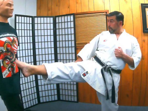 Patada frontal con paso cruzado en Karate